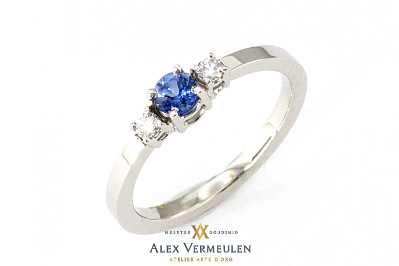 traditionele-alliance-ring-met-2-briljanten-en-1-blauwe-saffier-04-16-arte-d-oro-sieraden
